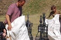 Obří kované šachy přivezl na hrad Helfštýn jejich tvůrce umělecký kovář Pavel Tasovský