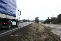 Více než polovinu obyvatel Polomi trápí nadlimitní hluková zátěž. Zdrojem je hlavní silniční tah z Olomouce do Ostravy, který se táhne středem obce. Polom se tak dostala v republikových žebříčcích na druhé místo.