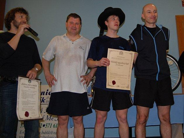 Valašský král Aleš Chytil (s kloboukem) vyhrál prestižní turnaj o krále Valašského království ve squashi.