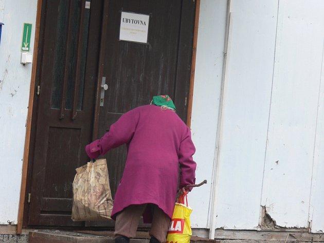 VPřerově mohou lidé bez přístřeší vubytovnách trávit celé dny i roky, vHranicích musí lůžko po vyspání opustit.