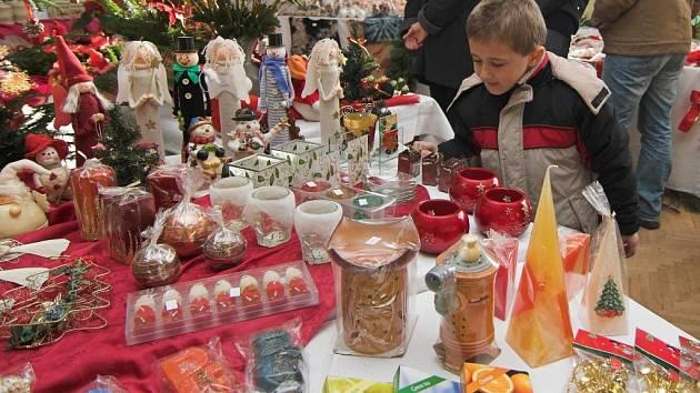 Stoly plné vánočních ozdob a dekorací, tak vypadala výstava v Rouském.