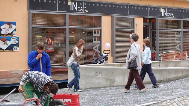 Rekonstrukce Žerotínova náměstí skončí zhruba o měsíc později oproti původním plánům.