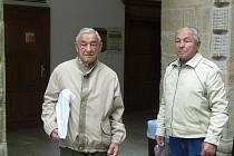 Úspěšným boxerům, bratrům Aloisovi (vlevo) a Zdeňku Bělockým z Hranic už je dnes 79 a 85 let. Své mládí strávili v ringu a sbírali jeden úspěch za druhým. Pan Zdeněk chodíval trénovat na zámek