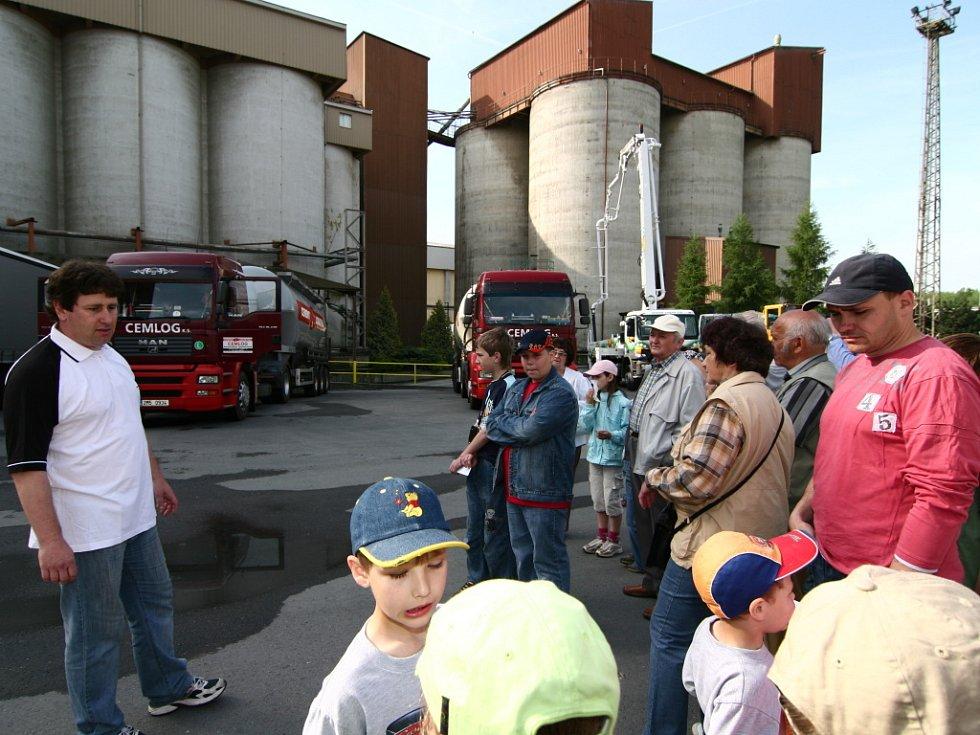 Stovky hranických obyvatel se přišly v sobotu dopoledne podívat, jak to vypadá v místní cementárně. Zaměstnanci cementárny seznámili návštěvníky s celým areálem.