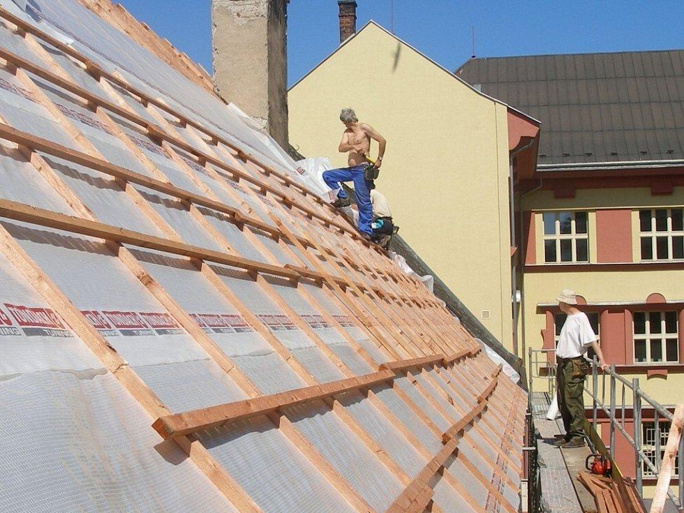 Stavební práce na rekonstrukci střechy by měly skončit zhruba za měsíc.