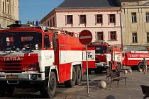 Na náměstí TGM v Přerově dorazily hasičské vozy kvůli požáru skladu žampionárny.