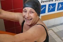 Oblíbenou sportovní činností osmasedmdesátileté paní Ludmily je plavání. S chutí a pravidelností se tato vitální žena nechává zlákat tobogánem na hranické plovárně