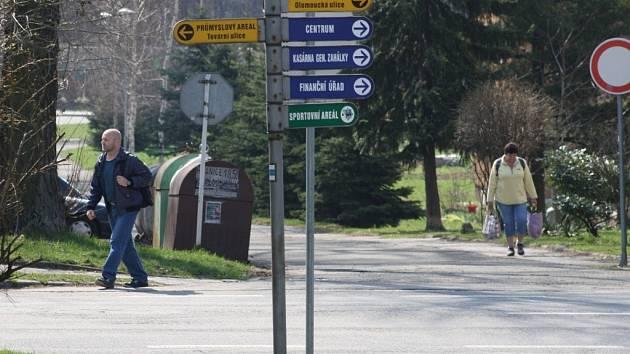 Těsně před autobusovým nádražím chybí přechod pro chodce. Město je posílá přejít cestu do vedlejší ulice.