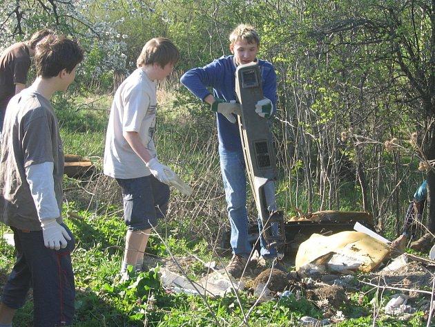 V rámci Dne Země sázejí žáci stromy nebo se mnohde pouštějí do úklidu přírody.