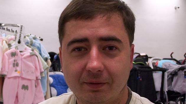 Radek Šebesta se ve své prodejně specializuje na dětské oblečení, kočárky nebo i autosedačky.
