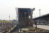 Rekonstrukce autobusového nádraží v Přerově pokračuje v těchto dnech stavbou zastřešených ostrůvků. Vzhled nádraží však kritizují někteří Přerované už nyní.