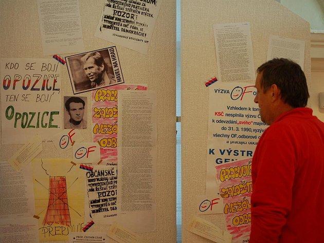 Výstava ke dvacátému výročí sametového převratu je v těchto dnech k vidění v prostorách Mueza Komenského v Přerově.