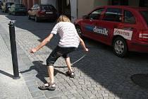 Před pár dny se v Zámecké ulici v Hranicích objevil nový okrasný sloupek. Město ho tam nechalo umístit pro větší bezpečnost chodců. Když ale u sloupku zaparkuje na protějším okraji vozidlo, mají ta ostatní k projetí jen dva a půl metru.