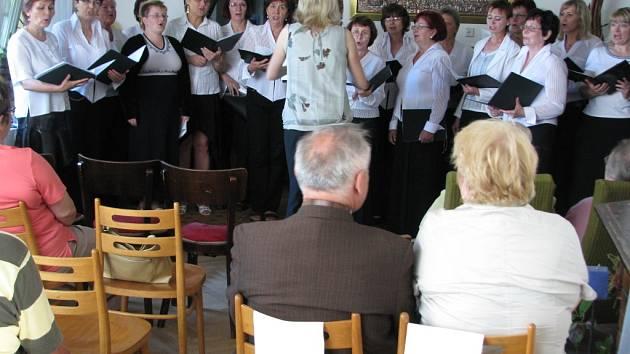 Ženský komorní sbor z Hranic se ve středu v podvečer představil svým posluchačům v galerii  hranické M+M.