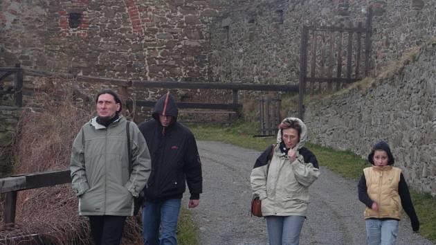 Na cestě na hrad ležely o víkendu popadané větve stromů.