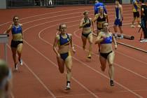 Adéla Zdražilová (druhá zleva) při běhu na 200 m.