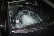 Auto narazilo pravou přední částí do chodkyně a náraz odhodil ženu přes přední kapotu a čelní sklo na silnici, kde zůstala ležet.