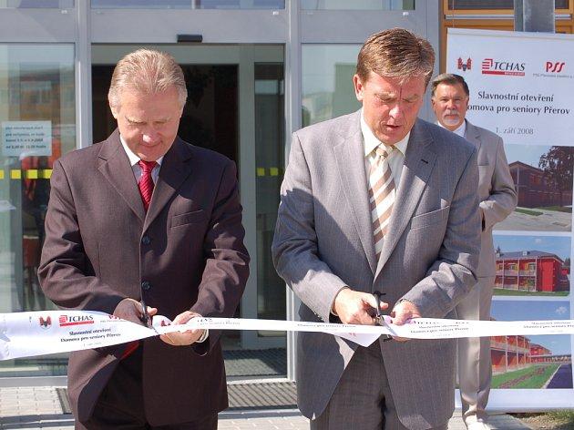 Miloslav Vlček s Jiřím Lajtochem slavnostně otevřeli nový domov pro seniory.