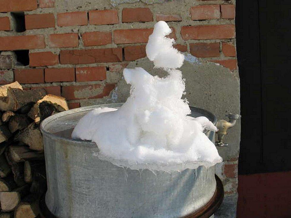 Ledový sněhuláček odtával, až visí nad okrajem bečky - takhle se udrží jen ježibaba:)