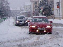 Automobily po zasněžené vozovce jezdily s nejvyšší opatrností.