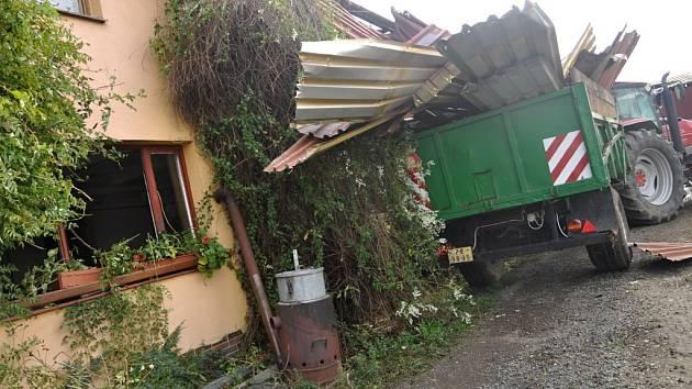 Vichřice na Hranicku ničila střechy a lámala stromy