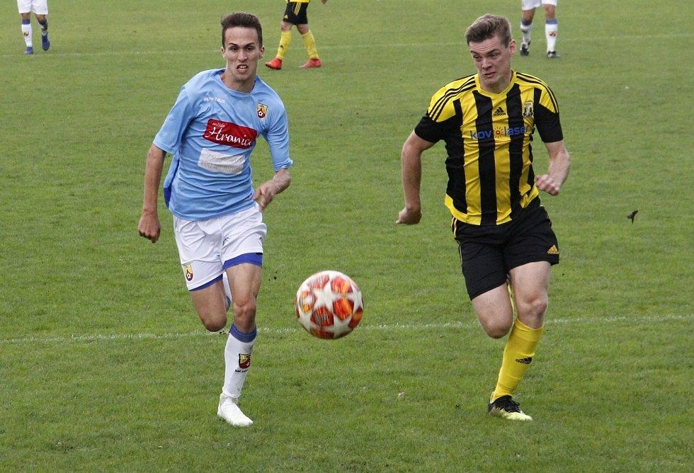 Fotbalisté Hranic (v modrém)