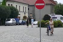 Pouze pěšky musejí kolem hranického zámku ve směru do centra procházet cyklisté.