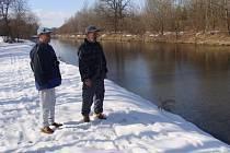 Lidé s obavami před další povodní sledují jarní tání.