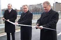 Olomoucký hejtman Ivan Kosatík spolu s přerovským primátorem Jiřím Lajtochem včera symbolickým přestřižením pásky otevřeli pro řidiče nově zbudovaný most u elektrárny za 180 milionů korun.
