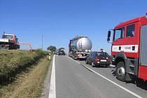 Nedodržení bezpečné vzdálenosti zavinilo v úterý 1. září dopoledne dopravní nehodu mezi Křenovicemi a Stříbrnicemi. Při havárii došlo ke srážce nákladního vozu s cisternou a vozem Škoda Forman.