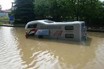 V podjezdu v Bělotíně uvízl kolem desáté hodiny večer polský karavan. Hasiči ve čtvrtek dopoledne odčerpávali vodu.