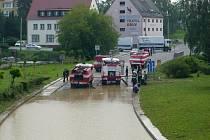 Hasiči odčerpávají vodu v Bělotíně