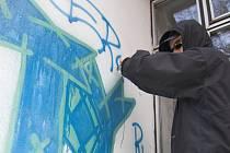 Dílo nevalné kvality vytvořil na nevhodném místě – na omítce smuteční obřadní síně v Hranicích, neznámý vandal.
