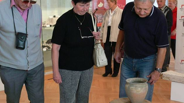 Včera si výstavu prohlédl na zámku v Přerově zájezd důchodců z Chrudimi.