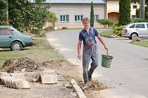 Křenovice v červnu během týdne dvakrát zaplavila voda. S následky řádění vodního živlu se tamní obyvatelé potýkají dodnes.
