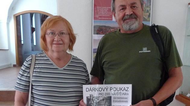 Dva tisíce návštěvníků vidělo výstavu Hranická madona. Manželé Červinkovi z Brna dostali od Městských kulturních zařízení malou pozornost.