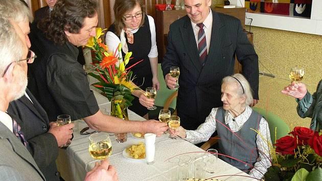 Nejstarší obyvatelka hranického Domova seniorů Aloisie Hynčicová dostala ke svým 102letým narozeninám dort a spoustu krásných kytic a gratulací.