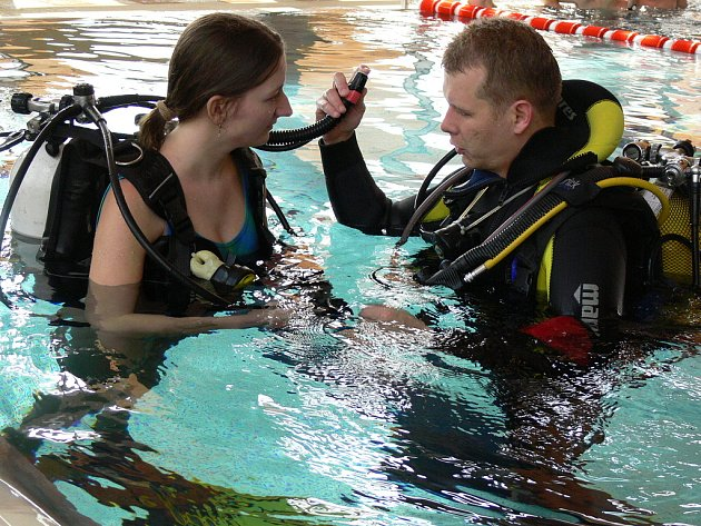 Na hranické plovárně se v sobotu mezi plavci pohybovali potápěči. Návštěvníci si totiž mohli vyzkoušet potápění s plnou výstrojí.