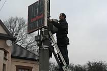 V Miloticích nad Bečvou nechal v pátek starosta Jiří Konečný nainstalovat nový kontrolní měřič rychlosti. Chce tak občanům alespoň částečně kompenzovat ztrátu zebry.
