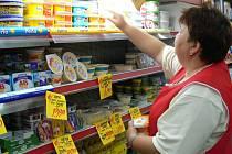 Podle prodavaček v supermarketech lidé na zdražování reagují tak, že si kupují potraviny do zásoby.