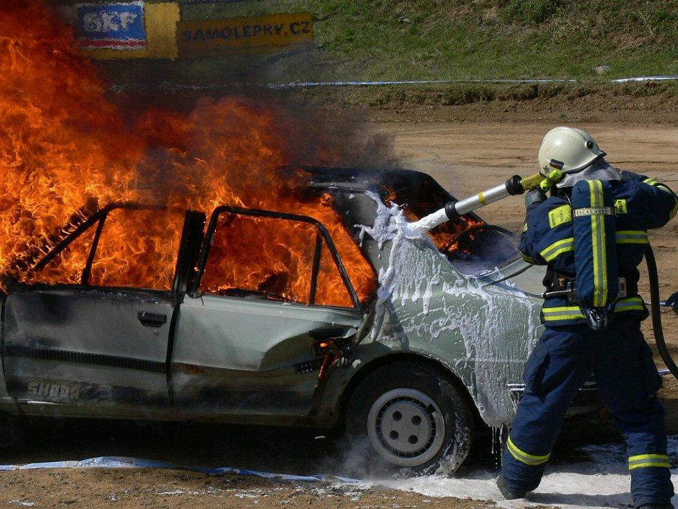 Zábavný program zpestřila totální demolice vozu značky Škoda.