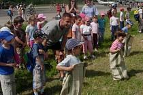 Den plný soutěži a zábavy si užily děti, které si nenechaly ujít Den otevřených dveří na letišti v Bochoři.