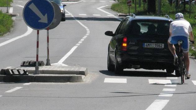 Kvůli novému ostrůvku najíždějí automobily do pruhu pro cyklisty. Ten se proto musí zrušit