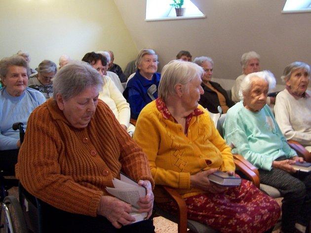 Každé pondělí se v ústavní kapli konají mše. Letošní sváteční mše se konala také na počest devátého výročí vysvěcení kaple.