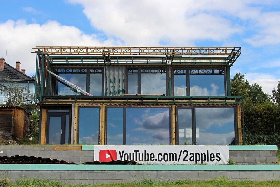 Dům z lodních kontejnerů, který v Hranicích staví Marek Popálený. Září 2020
