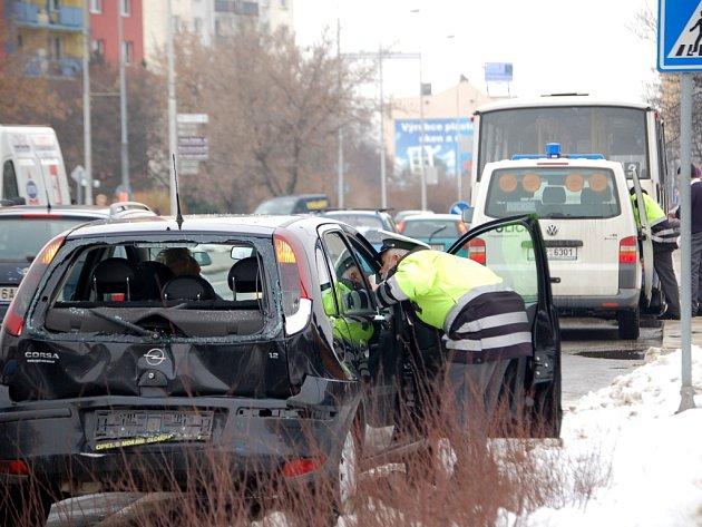 Řidič autobusu neodhadl vzdálenost a narazil zezadu do auta značky Opel Corsa.