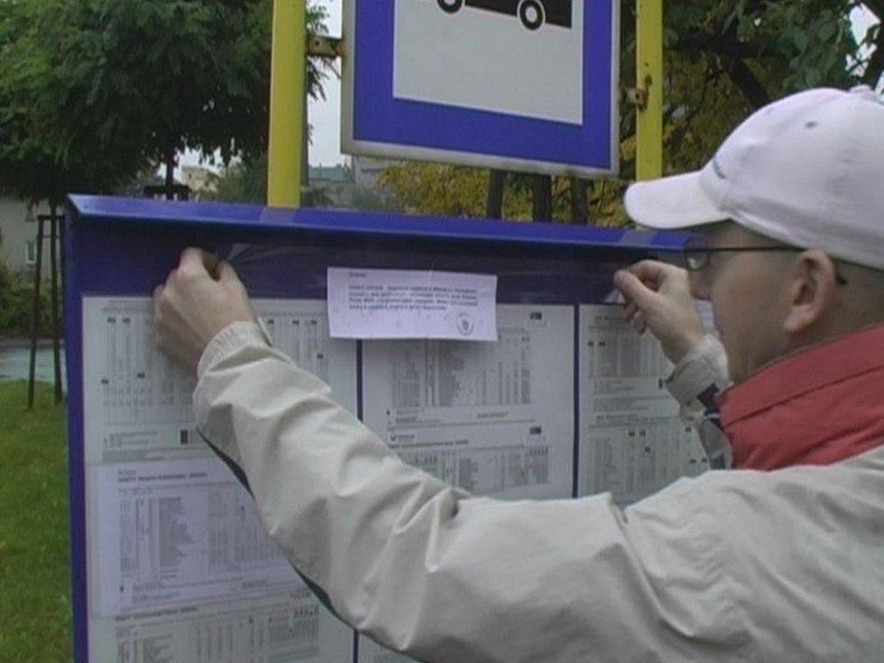 Pracovník odboru dopravy Městského úřadu Hranice vylepoval na autobusové zastávky informace o omezení dopravy.
