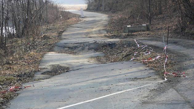 Cyklostezka Bečva mezi Hranicemi a Lipníkem - sesutá stezka u Rybářů. Stav před opravou - březen 2011
