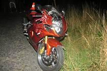 lehkým zraněním skončila nehoda motorkáře, kterou způsobil osmadvacetiletý řidič Škody Octavia.