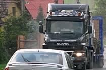 Průjezd každého nákladního vozu přes Velkou je nyní spojený s obrovskou prašností.